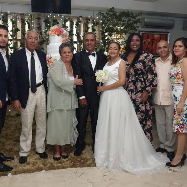 Camilo y Civelys junto a sus familias