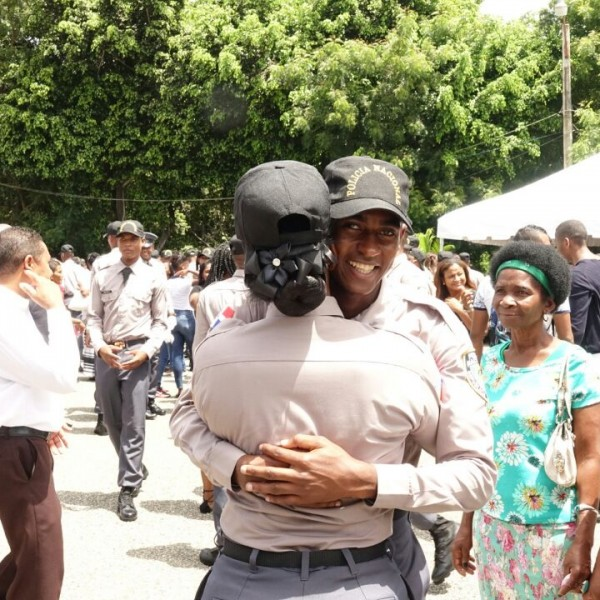 Policías abrazandose