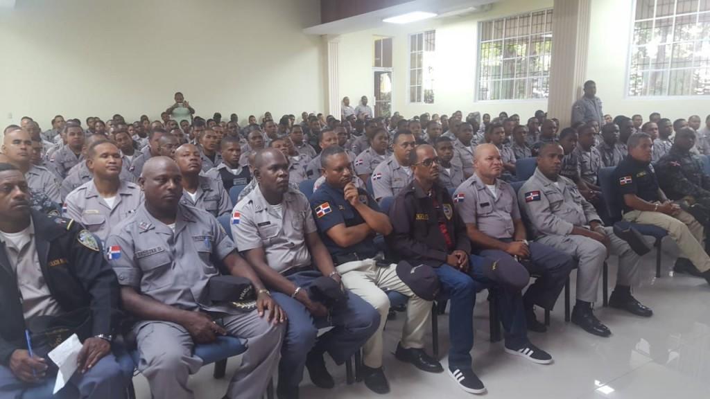 Foto 2. Agentes de puesto en San Cristóbal son instruidos reciban orientación policial.
